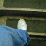 ett ben med fot på väg uppför en trappa