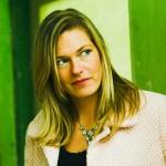 kvinna som ser ut att tänka ansiktsbild med grön bakgrund