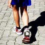 barn som går endast ben och fötter syns