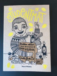 """Framsida på boken """"Studentmat: snabba rätter som boostar kropp & hjärna"""" mot en svart bakgrund"""