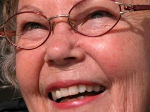 närbild på kvinna som ler