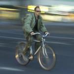 man som cyklar