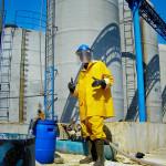 fabriksarbetare i gult regnställ