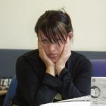 kvinna vid telefon som lipar