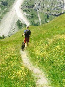 Micke och Tila vandrar nedåt för berget i Val Ferret