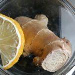 glasskål med färsk ingefära och citronskiva i närbild