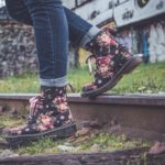 närbild på fötter med blommiga skor